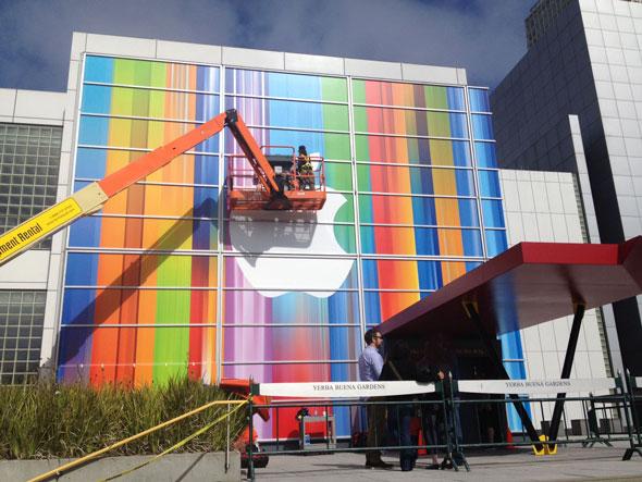 بالصور شركة أبل تجهز قاعة المؤتمر للإعلان عن الآي فون 5